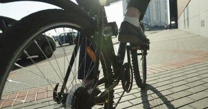 Κινηματογράφηση σε πρώτο πλάνο Οπίσθια ρόδα ενός ποδηλάτου φιλμ μικρού μήκους
