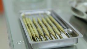 Κινηματογράφηση σε πρώτο πλάνο οδοντιάτρων εργαλείων, χέρι του δίσκου εκμετάλλευσης οδοντιάτρων των εργαλείων απόθεμα βίντεο