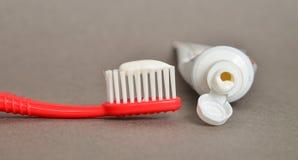Κινηματογράφηση σε πρώτο πλάνο οδοντόπαστας και βουρτσών, οδοντική έννοια προσοχής Στοκ Φωτογραφίες