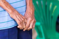 Κινηματογράφηση σε πρώτο πλάνο παλαιά ανθρώπινα χέρια που ενώνονται, εστίαση σε ετοιμότητα Στοκ Φωτογραφίες
