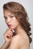 Κινηματογράφηση σε πρώτο πλάνο πορτρέτου μόδας ομορφιάς της νέας ελκυστικής αισθησιακής πρότυπης γυναίκας Στοκ Εικόνες