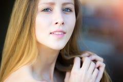Κινηματογράφηση σε πρώτο πλάνο πορτρέτου του όμορφου κοριτσιού Στοκ φωτογραφία με δικαίωμα ελεύθερης χρήσης