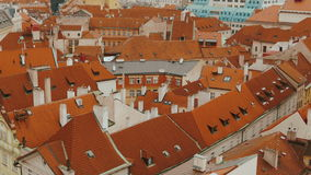 Κινηματογράφηση σε πρώτο πλάνο που γέρνει τον εναέριο πυροβολισμό της παλαιάς πλατείας της πόλης της Πράγας απόθεμα βίντεο
