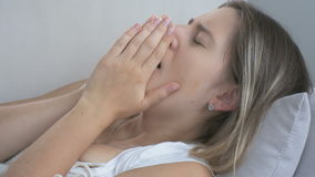 Κινηματογράφηση σε πρώτο πλάνο που πυροβολείται νέο άρρωστο να βρεθεί γυναικών στο μαξιλάρι και του βηξίματος Μήκος σε πόδηα που  απόθεμα βίντεο