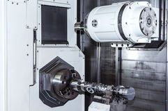 Κινηματογράφηση σε πρώτο πλάνο που πυροβολείται της εργαλειομηχανής στην αίθουσα εργοστασίων Στοκ Φωτογραφίες