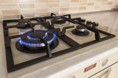 Κινηματογράφηση σε πρώτο πλάνο που πυροβολείται της μπλε πυρκαγιάς από τη σόμπα εσωτερικών κουζινών Αέριο cooke Στοκ φωτογραφία με δικαίωμα ελεύθερης χρήσης