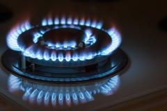 Κινηματογράφηση σε πρώτο πλάνο που πυροβολείται της μπλε πυρκαγιάς από τη σόμπα εσωτερικών κουζινών Αέριο cooke Στοκ Εικόνα