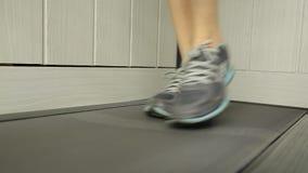Κινηματογράφηση σε πρώτο πλάνο που πυροβολείται του τρεξίματος γυναικών treadmill Αθλητική έννοια φιλμ μικρού μήκους
