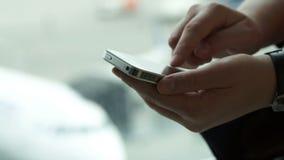 Κινηματογράφηση σε πρώτο πλάνο που πυροβολείται των θηλυκών χεριών που δακτυλογραφούν sms επάνω φιλμ μικρού μήκους