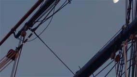 Κινηματογράφηση σε πρώτο πλάνο που πυροβολείται των ναυτικών λεπτομερειών φιλμ μικρού μήκους