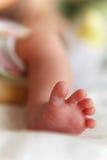 Κινηματογράφηση σε πρώτο πλάνο ποδιών μωρών. Στοκ Εικόνες