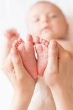 Κινηματογράφηση σε πρώτο πλάνο ποδιών μωρών Στοκ φωτογραφία με δικαίωμα ελεύθερης χρήσης