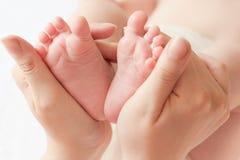Κινηματογράφηση σε πρώτο πλάνο ποδιών μωρών Στοκ εικόνα με δικαίωμα ελεύθερης χρήσης