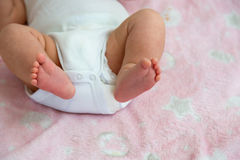 Κινηματογράφηση σε πρώτο πλάνο ποδιών μωρών Στοκ Εικόνες