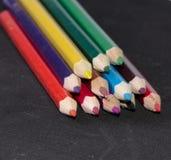 Κινηματογράφηση σε πρώτο πλάνο πολλών φωτεινή χρωματισμένη μολυβιών Στοκ Εικόνες