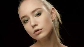 Κινηματογράφηση σε πρώτο πλάνο προσώπου γυναικών ομορφιάς που απομονώνεται στο μαύρο υπόβαθρο Όμορφο πρότυπο κορίτσι makeup Πανέμ απόθεμα βίντεο