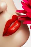 Κινηματογράφηση σε πρώτο πλάνο προσώπου ομορφιάς χείλια προκλητικά Κόκκινη λεπτομέρεια χειλικού Makeup ομορφιάς Όμορφη κινηματογρ στοκ φωτογραφία με δικαίωμα ελεύθερης χρήσης
