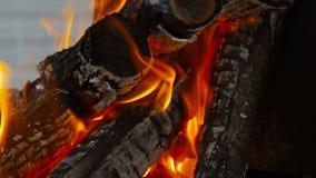 Κινηματογράφηση σε πρώτο πλάνο πυρκαγιάς, καίγοντας καυσόξυλο Στοκ φωτογραφία με δικαίωμα ελεύθερης χρήσης