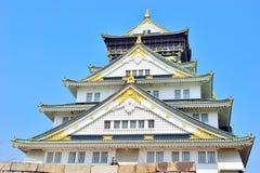 Κινηματογράφηση σε πρώτο πλάνο πύργων κάστρων της Οζάκα με το μπλε ουρανό Στοκ φωτογραφία με δικαίωμα ελεύθερης χρήσης