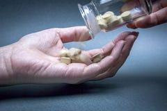 Κινηματογράφηση σε πρώτο πλάνο σε ετοιμότητα της γυναίκας με τα χάπια Στοκ Φωτογραφίες