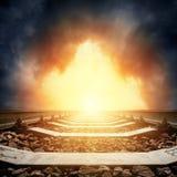 Κινηματογράφηση σε πρώτο πλάνο σιδηροδρόμου στον ορίζοντα στο δραματικό ηλιοβασίλεμα Στοκ Εικόνα