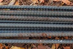 Κινηματογράφηση σε πρώτο πλάνο σκουριασμένη του σιδήρου σχεδίων γραμμών από το υπόβαθρο εργοτάξιων οικοδομής Στοκ Εικόνα