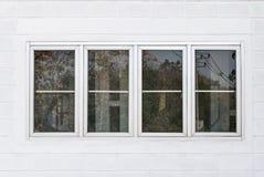 Κινηματογράφηση σε πρώτο πλάνο στα παράθυρα εργοστασίων με το γυαλί ασφάλειας Στοκ Εικόνες