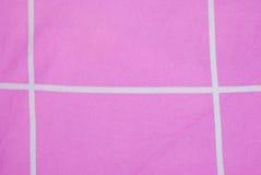 Κινηματογράφηση σε πρώτο πλάνο στην άσπρη γραμμή με το ρόδινο υπόβαθρο υφάσματος Στοκ φωτογραφία με δικαίωμα ελεύθερης χρήσης