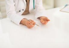 Κινηματογράφηση σε πρώτο πλάνο στην εξήγηση γυναικών ιατρών Στοκ εικόνες με δικαίωμα ελεύθερης χρήσης