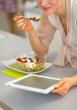 Κινηματογράφηση σε πρώτο πλάνο στην ευτυχή νέα γυναίκα που τρώει τη σαλάτα φρούτων Στοκ εικόνα με δικαίωμα ελεύθερης χρήσης