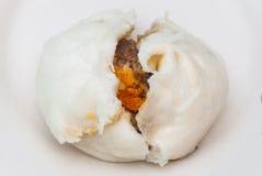 Κινηματογράφηση σε πρώτο πλάνο στην κινεζική βρασμένη στον ατμό μπουλέττα, το χοιρινό κρέας και το αλατισμένο αυγό που γεμίζονται Στοκ Εικόνες