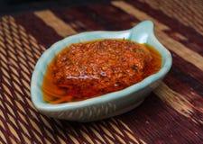 Κινηματογράφηση σε πρώτο πλάνο στην παραδοσιακή ιταλική από τη Μπολώνια σάλτσα Ragu διαμορφωμένο στο ψάρια κύπελλο στοκ εικόνες
