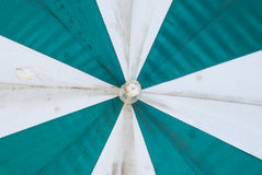 Κινηματογράφηση σε πρώτο πλάνο στην παλαιά άσπρη και πράσινη ομπρέλα λεκέδων Στοκ Φωτογραφία