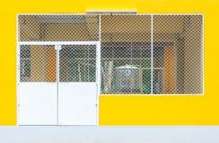 Κινηματογράφηση σε πρώτο πλάνο στην πόρτα εισόδων μετάλλων της συγκεκριμένης κίτρινης αποθήκης εμπορευμάτων εργοστασίων Στοκ φωτογραφία με δικαίωμα ελεύθερης χρήσης