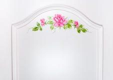 Κινηματογράφηση σε πρώτο πλάνο στην όμορφη ρόδινη ζωγραφική πλαισίων τριαντάφυλλων στο υπόβαθρο επιφάνειας ντουλαπών Στοκ φωτογραφία με δικαίωμα ελεύθερης χρήσης