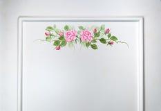 Κινηματογράφηση σε πρώτο πλάνο στην όμορφη ρόδινη ζωγραφική πλαισίων τριαντάφυλλων στο υπόβαθρο επιφάνειας γραφείου Στοκ εικόνες με δικαίωμα ελεύθερης χρήσης