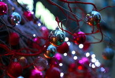 Κινηματογράφηση σε πρώτο πλάνο στη λαμπρή διακόσμηση Χριστουγέννων σφαιρών Στοκ φωτογραφία με δικαίωμα ελεύθερης χρήσης