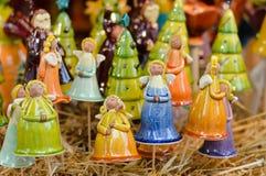 Κινηματογράφηση σε πρώτο πλάνο στη ζωηρόχρωμη διακόσμηση αγγέλων πορσελάνης για τον εορτασμό Χριστουγέννων Στοκ φωτογραφία με δικαίωμα ελεύθερης χρήσης