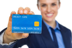 Κινηματογράφηση σε πρώτο πλάνο στη χαμογελώντας επιχειρησιακή γυναίκα που παρουσιάζει πιστωτική κάρτα Στοκ Εικόνες