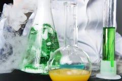Κινηματογράφηση σε πρώτο πλάνο στις χημικές μελέτες στο εργαστήριο και τις φιάλες Στοκ Φωτογραφίες