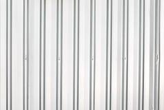 Κινηματογράφηση σε πρώτο πλάνο στον κάθετο ασημένιο τοίχο φύλλων μετάλλων Στοκ φωτογραφία με δικαίωμα ελεύθερης χρήσης
