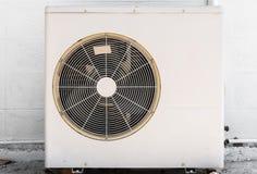 Κινηματογράφηση σε πρώτο πλάνο στο άσπρο υπαίθριο κλιματιστικό μηχάνημα Compresser Στοκ Εικόνες