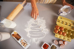 Κινηματογράφηση σε πρώτο πλάνο στο δέντρο σχεδίων νοικοκυρών στον πίνακα κουζινών με το αλεύρι Στοκ Εικόνες