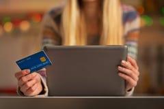 Κινηματογράφηση σε πρώτο πλάνο στο κορίτσι εφήβων με την πιστωτική κάρτα Στοκ Εικόνες