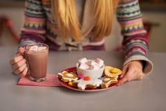 Κινηματογράφηση σε πρώτο πλάνο στο κορίτσι εφήβων που έχει τα πρόχειρα φαγητά Χριστουγέννων Στοκ Φωτογραφίες