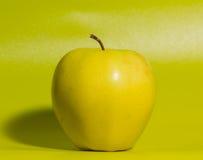 Κινηματογράφηση σε πρώτο πλάνο στο πράσινο υπόβαθρο η κίτρινη Apple Στοκ φωτογραφίες με δικαίωμα ελεύθερης χρήσης