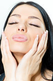 Κινηματογράφηση σε πρώτο πλάνο στο πρόσωπο γυναικών και το γλυκό φιλί ζάχαρης καραμελών χειλικό στοκ φωτογραφία