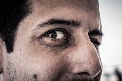Κινηματογράφηση σε πρώτο πλάνο στο πρόσωπο του τρομακτικού ανατριχιαστικού απόκοσμου ατόμου με τα κακά μάτια lookin Στοκ Εικόνες