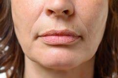 Κινηματογράφηση σε πρώτο πλάνο στο στόμα μιας μέσης ηλικίας γυναίκας Στοκ Εικόνα