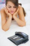 Κινηματογράφηση σε πρώτο πλάνο στο τηλέφωνο και αναμονή τη νέα γυναίκα κλήσης στο υπόβαθρο Στοκ Εικόνες